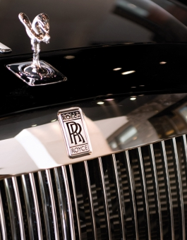 Front grill of a Rolls Royce car
